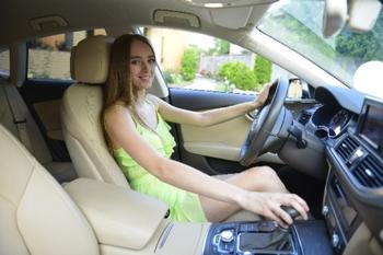 クルマを運転する外国女性.jpg