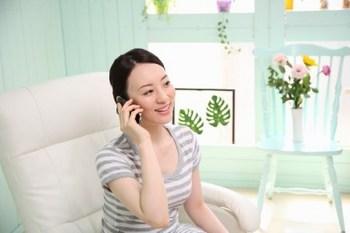 サロンで電話する女性.jpg