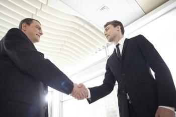 握手するビジネスまsん.jpg