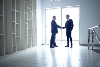 握手する外人ビジネス万.jpg