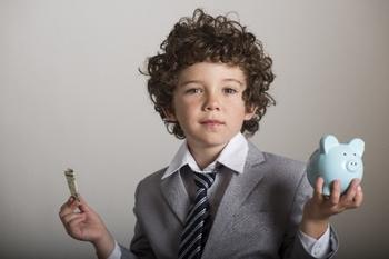 貯金箱を持つ男の子.jpg