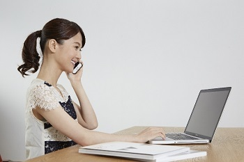 PCと女性キャリア.jpg